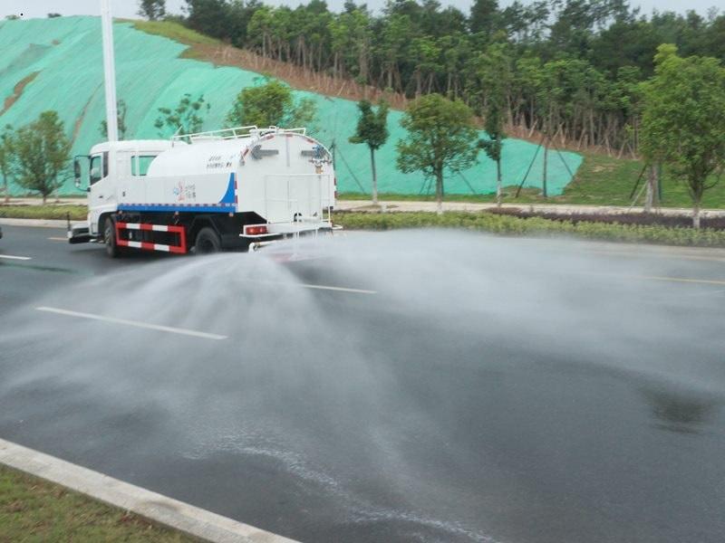 天锦路面清洗车后高压喷雾下